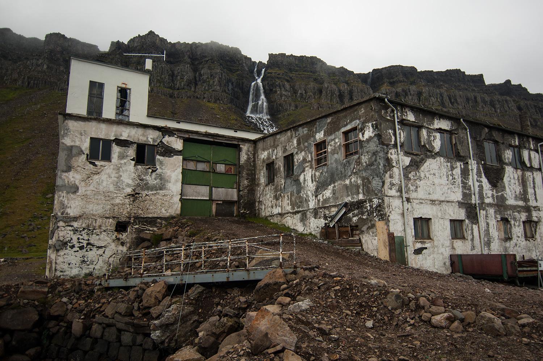Le groupe a fait un show acoustique dans le silo mais aussi un spectacle dans l'usine... Les gens semblaient entrer par cette porte.