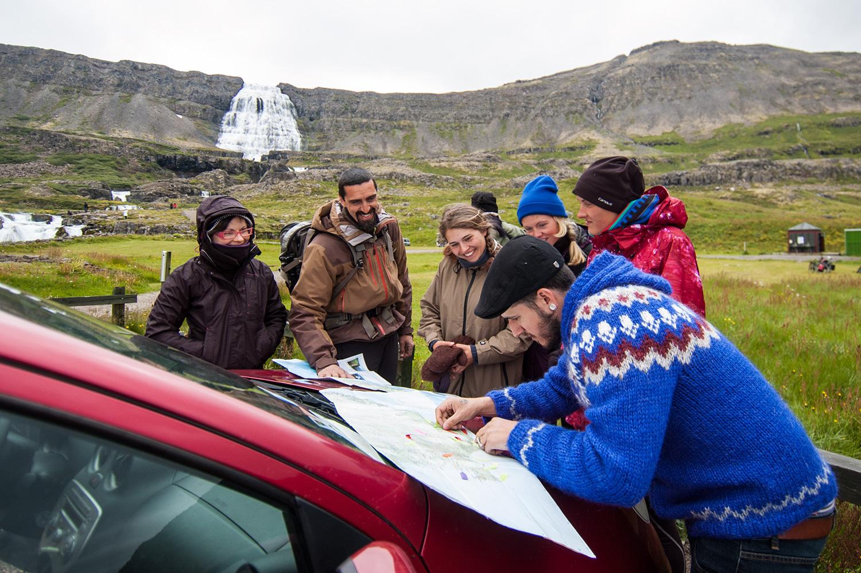 Avant d'aller visiter la chute, on compare nos cartes et on se partage nos découvertes.